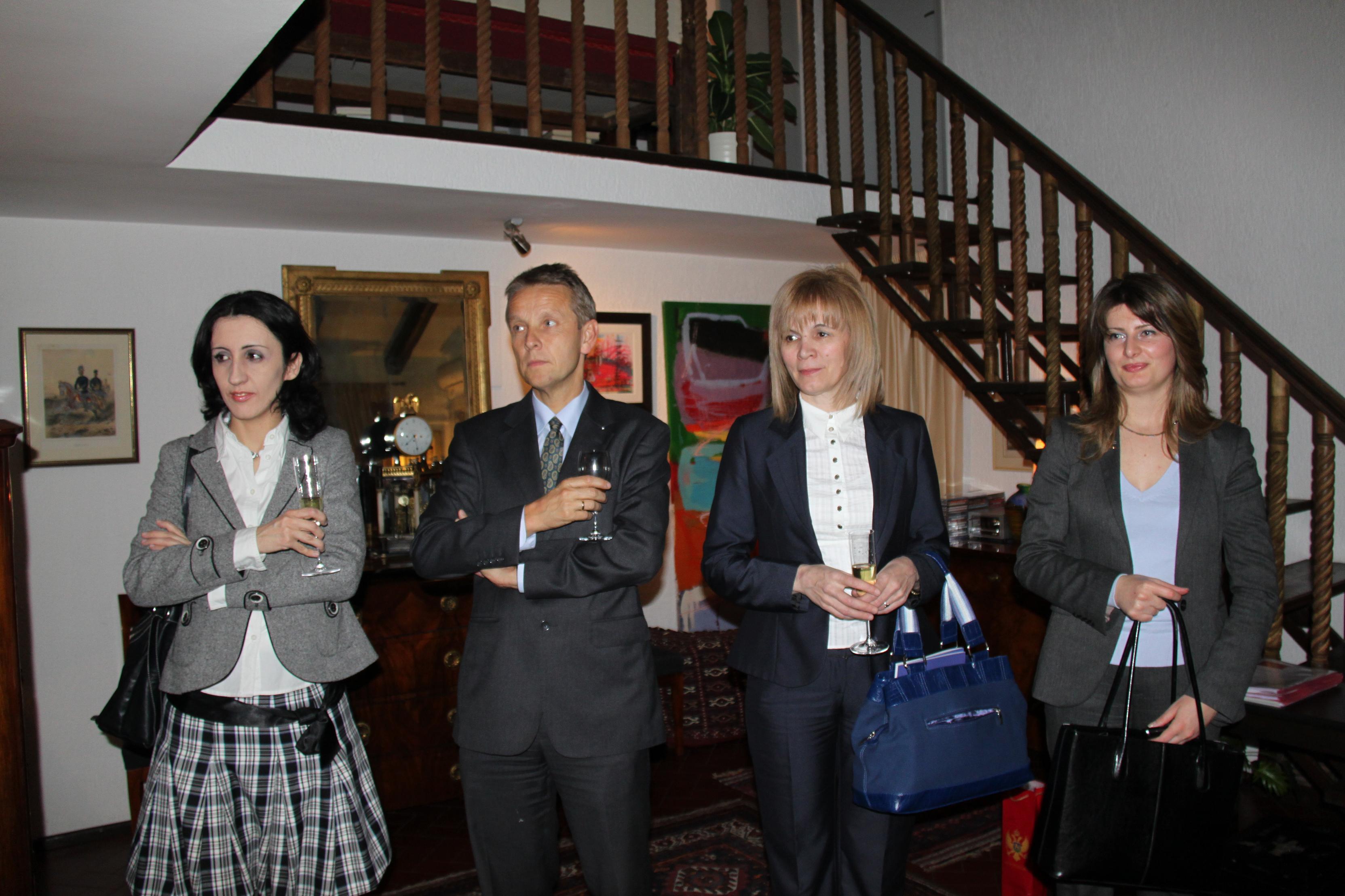 Mit Europaministerin Gordana Djurovic (2. von rechts) bei einem Empfang der österreichischen Botschaft (C) Sven Pöllauer