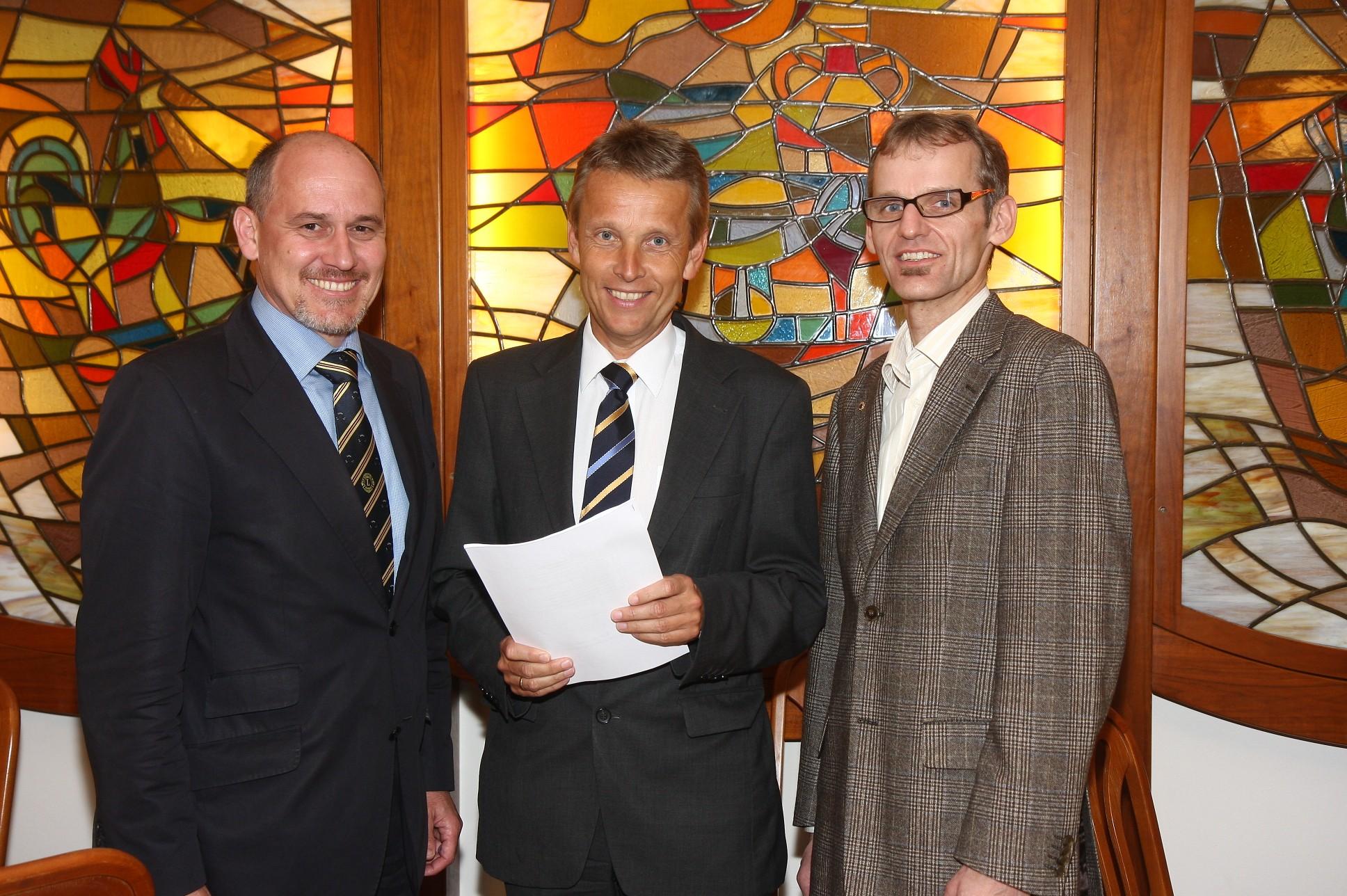 Mit Lions Club Präsident Ludwig Robitschko (li.) und Clubsekretär Josef Posch (re.) (C) Büro StS