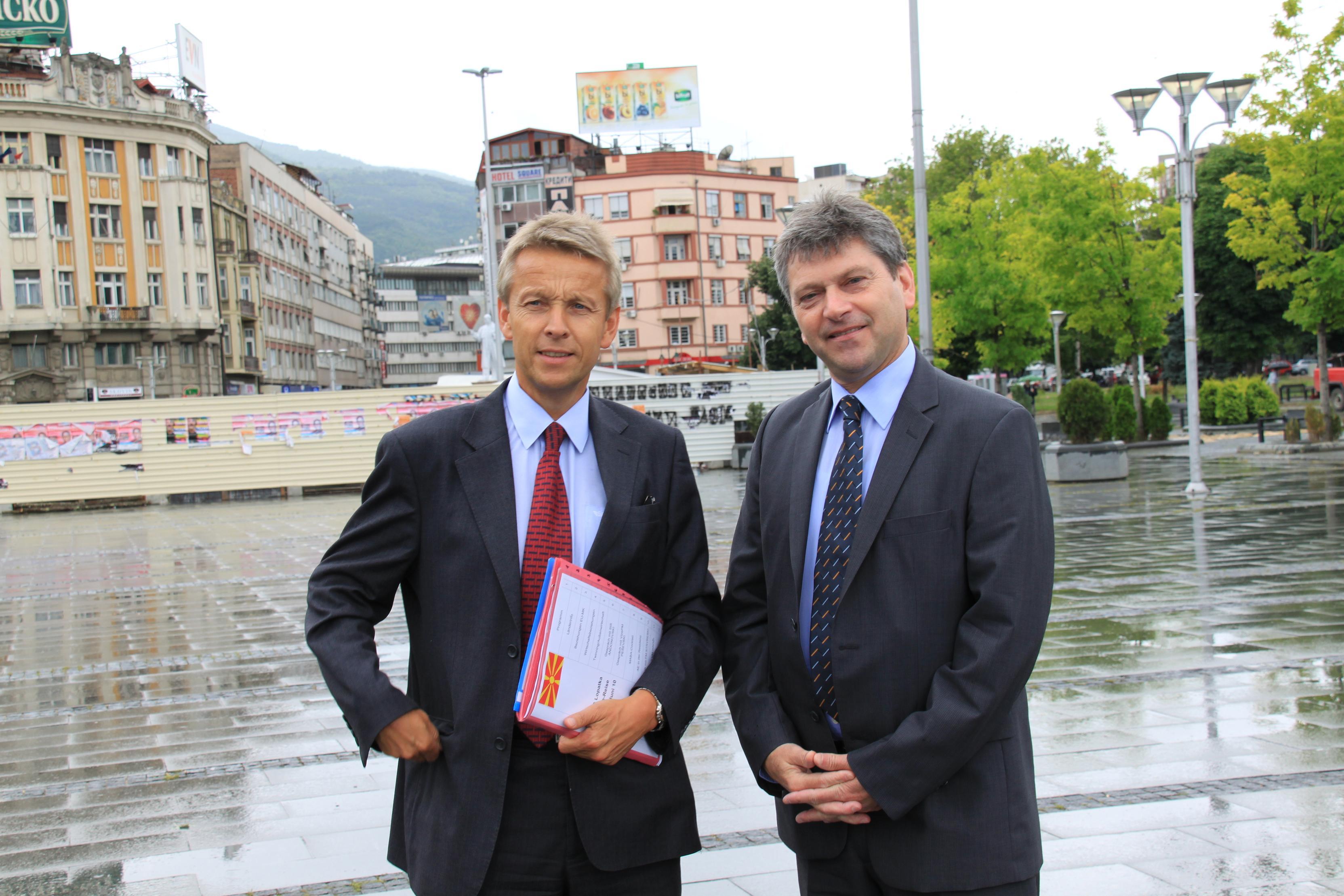 Mit Österreichs Botschafter Alois Kraut (C) Sven Pöllauer