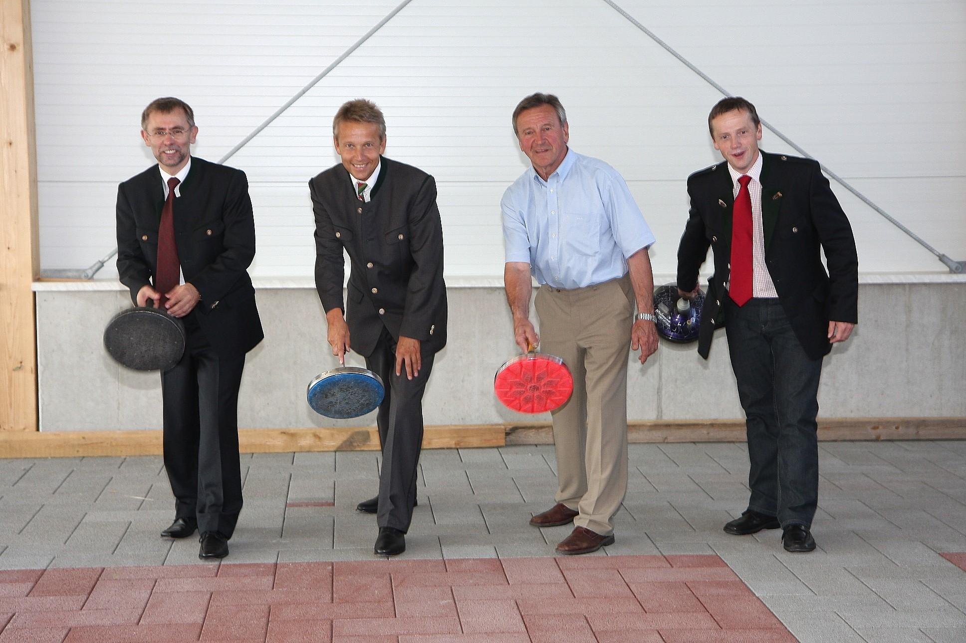 Beim Testen der neuen Stocksporthalle mit Bürgermeister Gerald Maier, dem Obmann des ESV Wagebach, Andreas Hofer und dem Präsidenten des Steirischen Eis- und Stocksportverband, LR a. D. Erich Pötl (C) Büro StS