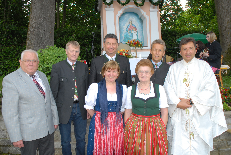 Die Organisatorinnen mit Dechant Josef Reisenhofer und den Sponsoren (C) Büro StS