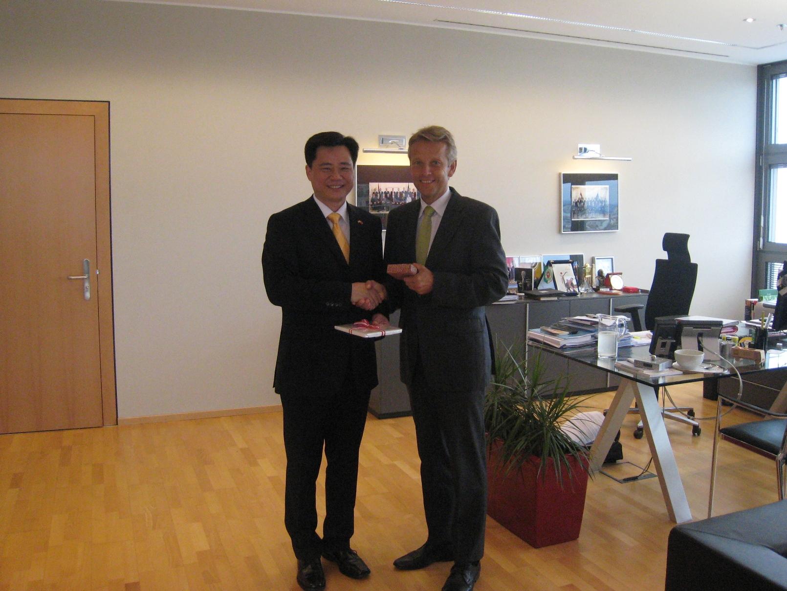 Mit dem scheidenden Botschafter Ken WU (C) Botschaft der Volksrepublik China / Chen Wei