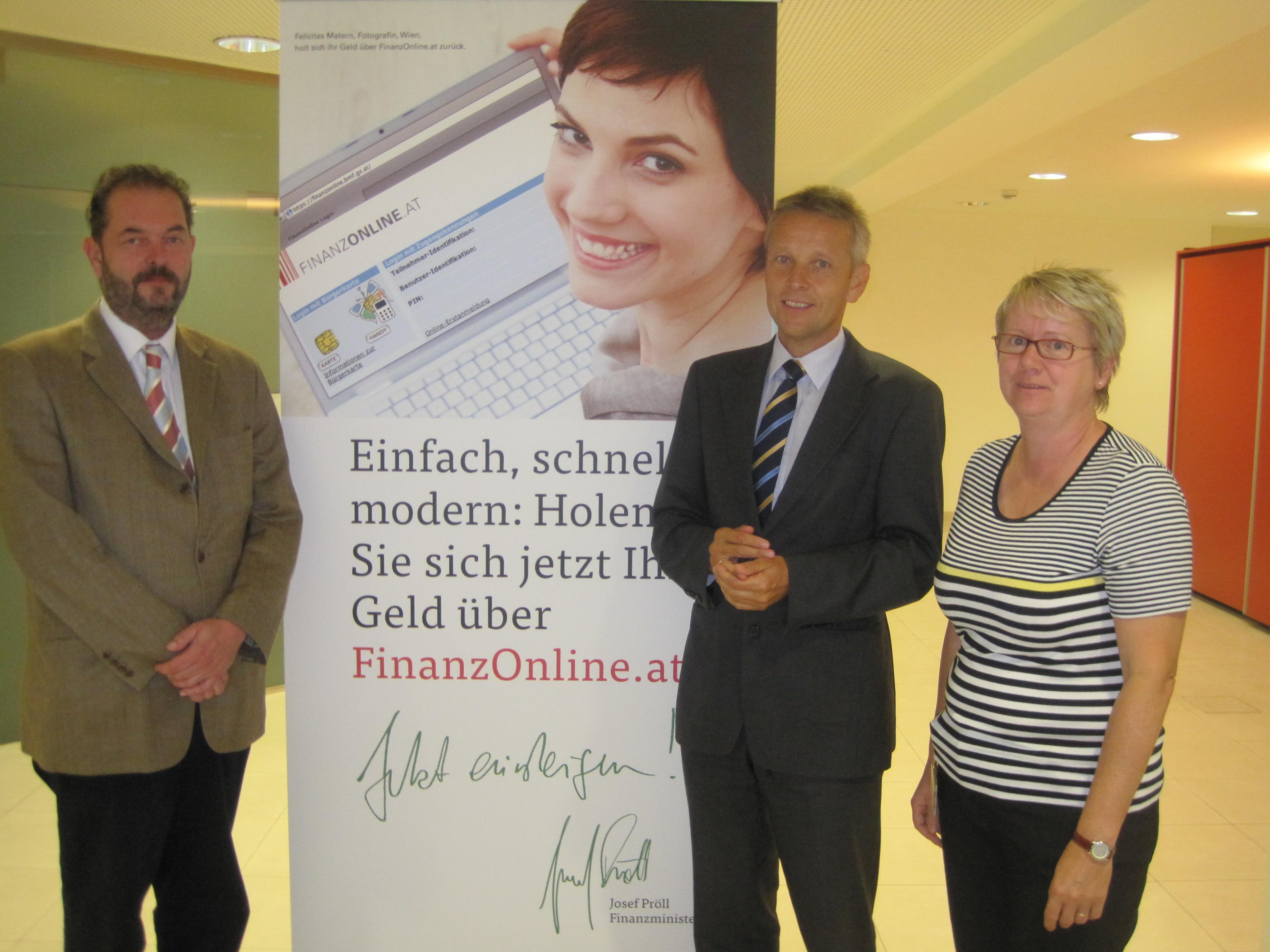 Mit Vorstand Gerhard Stepanek und Infocenter-Leiterin Maria Geßl (C) Iris Brüggler