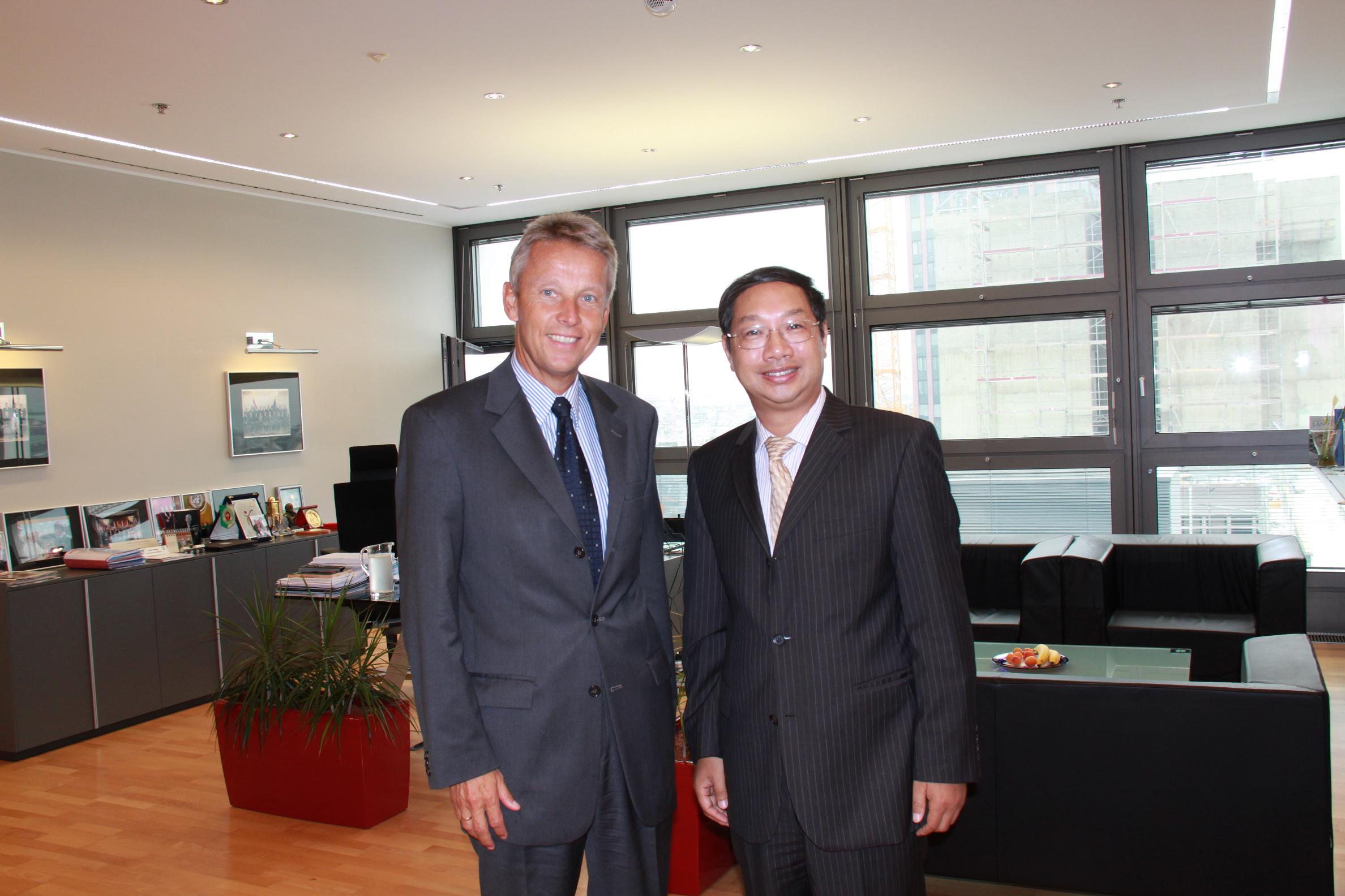Mit dem neuen Botschafter der Volksrepublik China, SHI Mingde (C) Sven Pöllauer