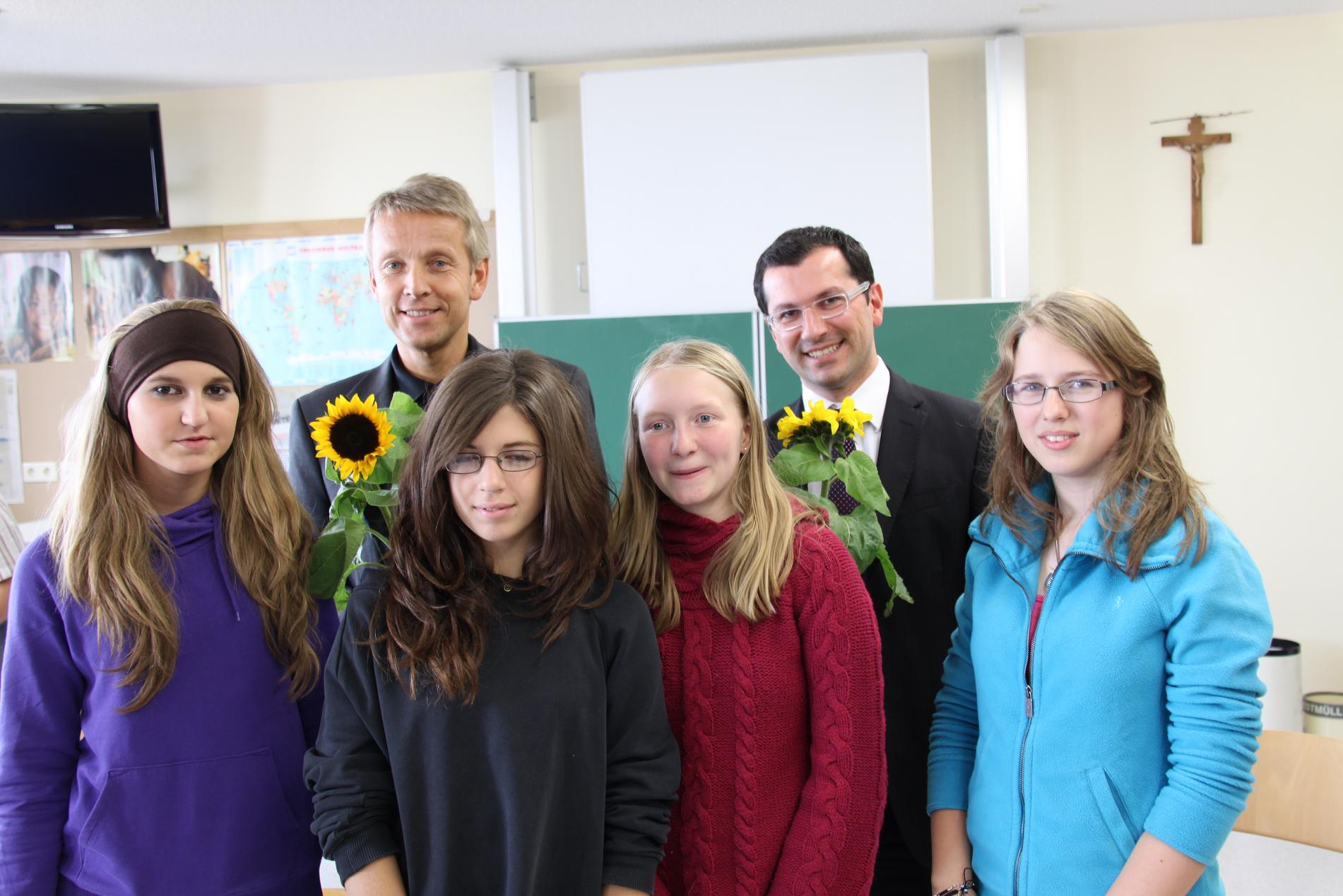 Mit Diskussionsteilnehmer Dr. Akyrek und Schülerinnen der Mittelschule St. Marien (C) Iris Brüggler