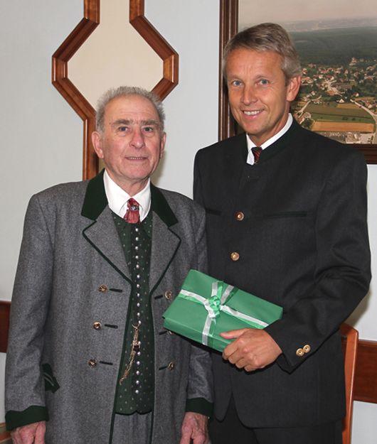 Gemeinsames Foto mit dem Jubilar Otto Pußwald.