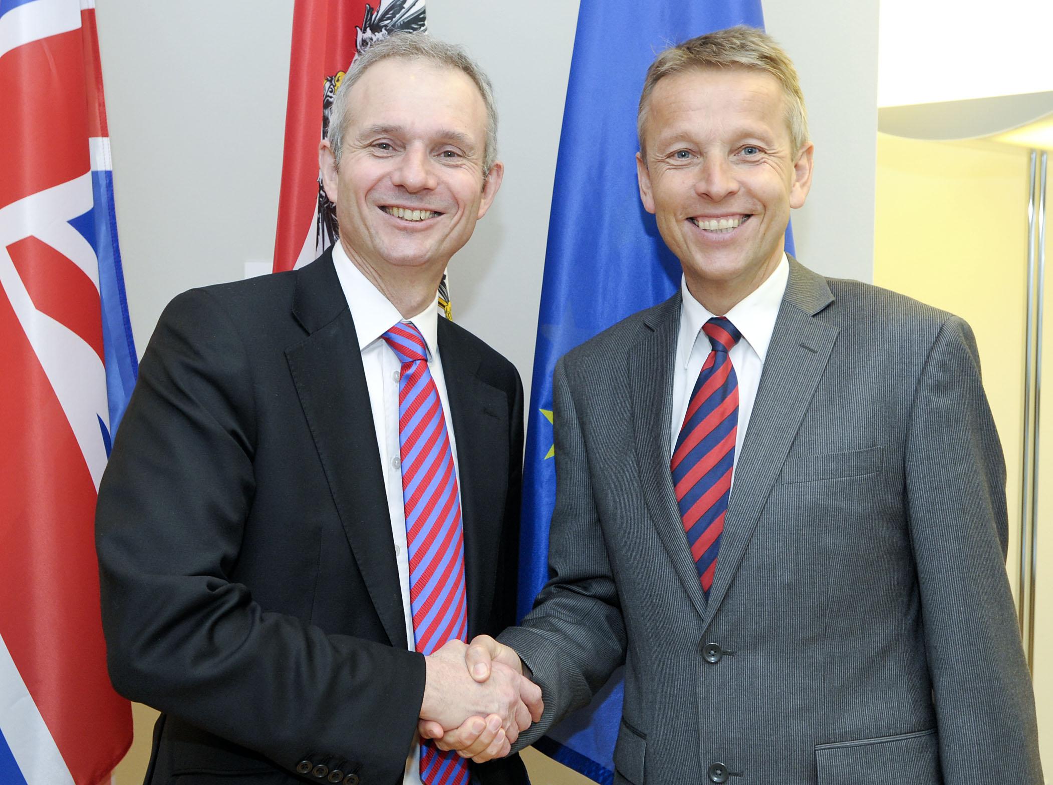 Mit dem britischen Europaminister David Lidington (C) HBF/Livio Srodic