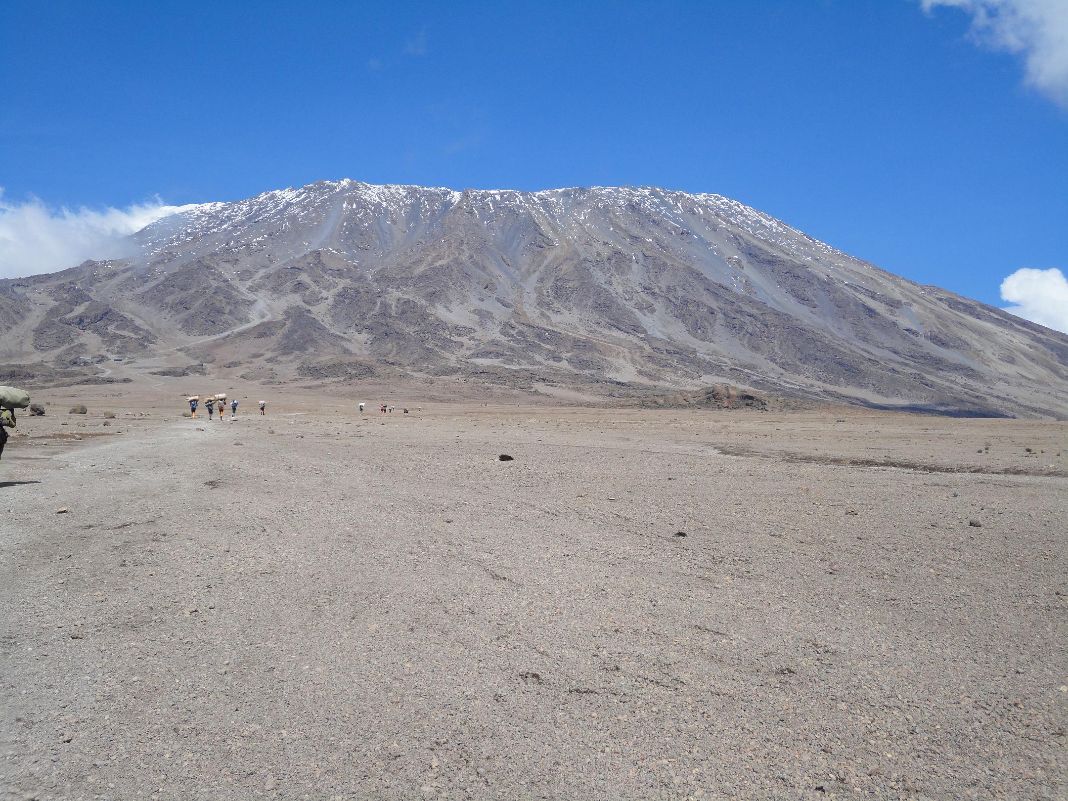 Der Kilimanjaro - gesehen von der alpinen Wüste auf 4.500 Meter Höhe (C) privat