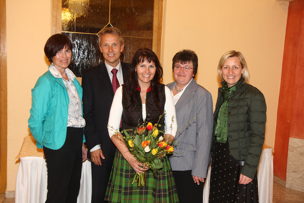 Mit der Landesleiterin der Österreichischen Frauenbewegung LR Kristina Eslinger-Ploder (ganz rechts) und der Bezirks- und Ortsfrauenleitung (C) Büro StS