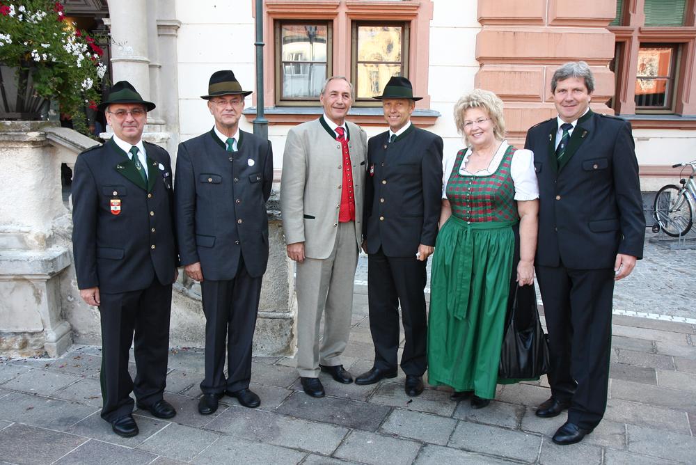 v.l.n.r.:ÖKB Obmann Anton Allmer, Brigadier.i.R. Johann Windhaber, Bgm. Karl Pack, Dir. Gertraude Zsifkovics, BH Max Wiesenhofer