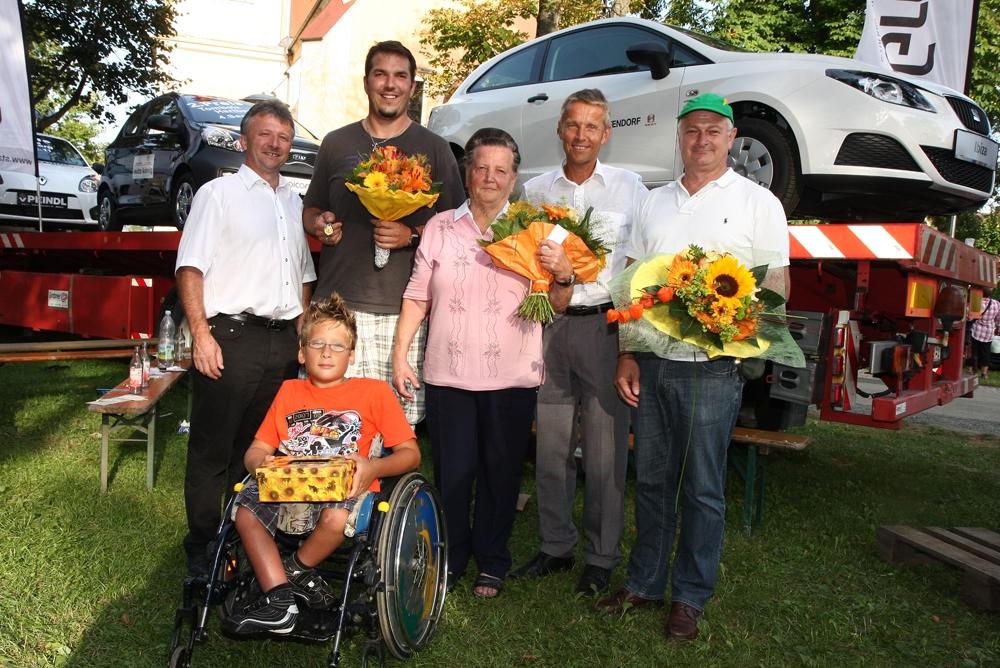 Die Sieger der Tombola 2011 mit Glückskind Bernd