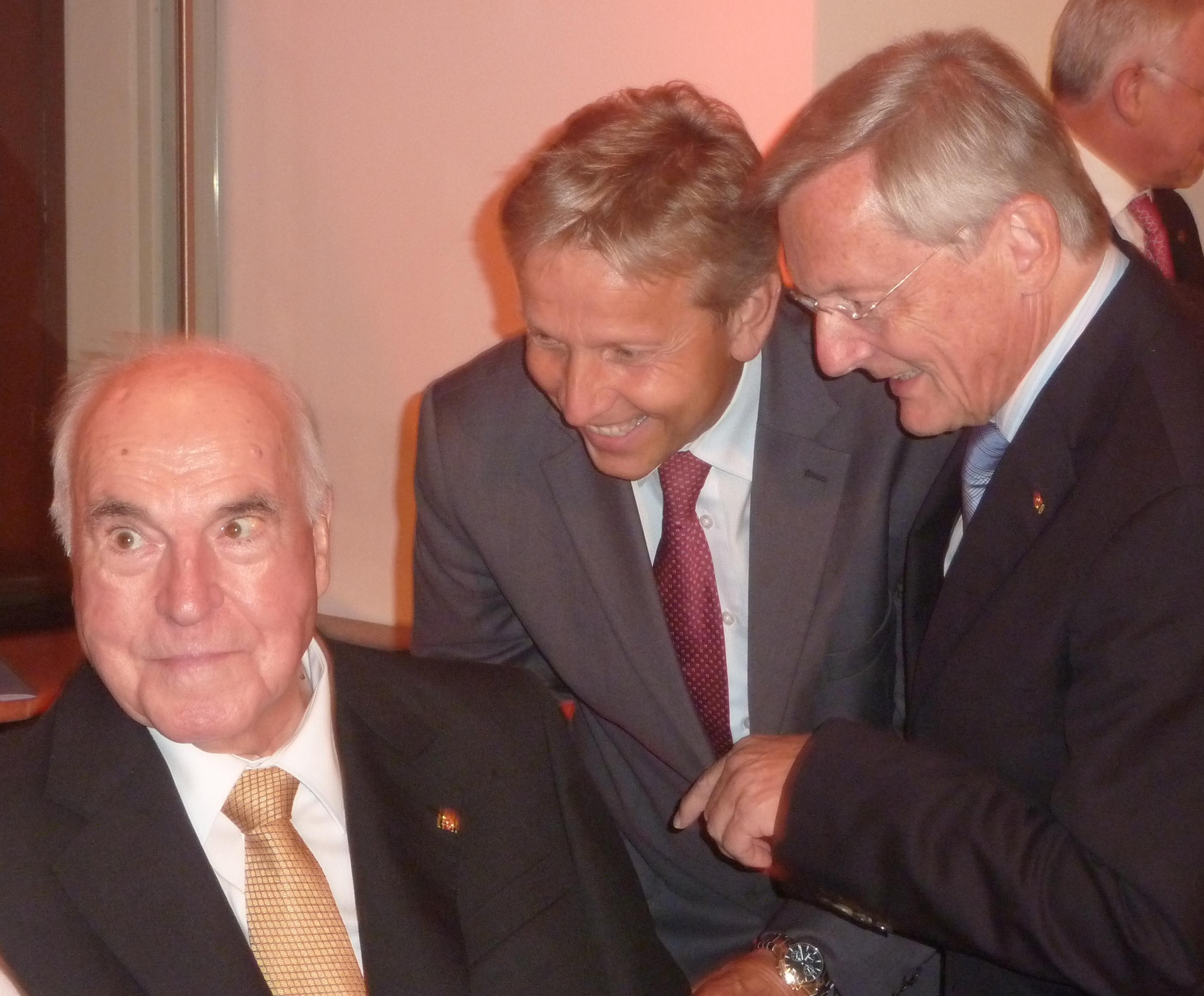 (c) BMEIA, Altbundeskanzler Wolfgang Schüssel und STS Reinhold Lopatka gratulieren Helmut Kohl persönlich und danken für seine tiefe Verbundenheit zu Österreich.