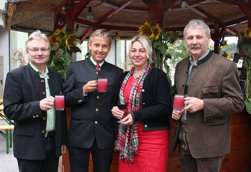 (c) BMEIA, StS Reinhold Lopatka und Gattin Franziska mit Bgm. Hermann Grassl (l.) und Kassier Herbert Strahlhofer.