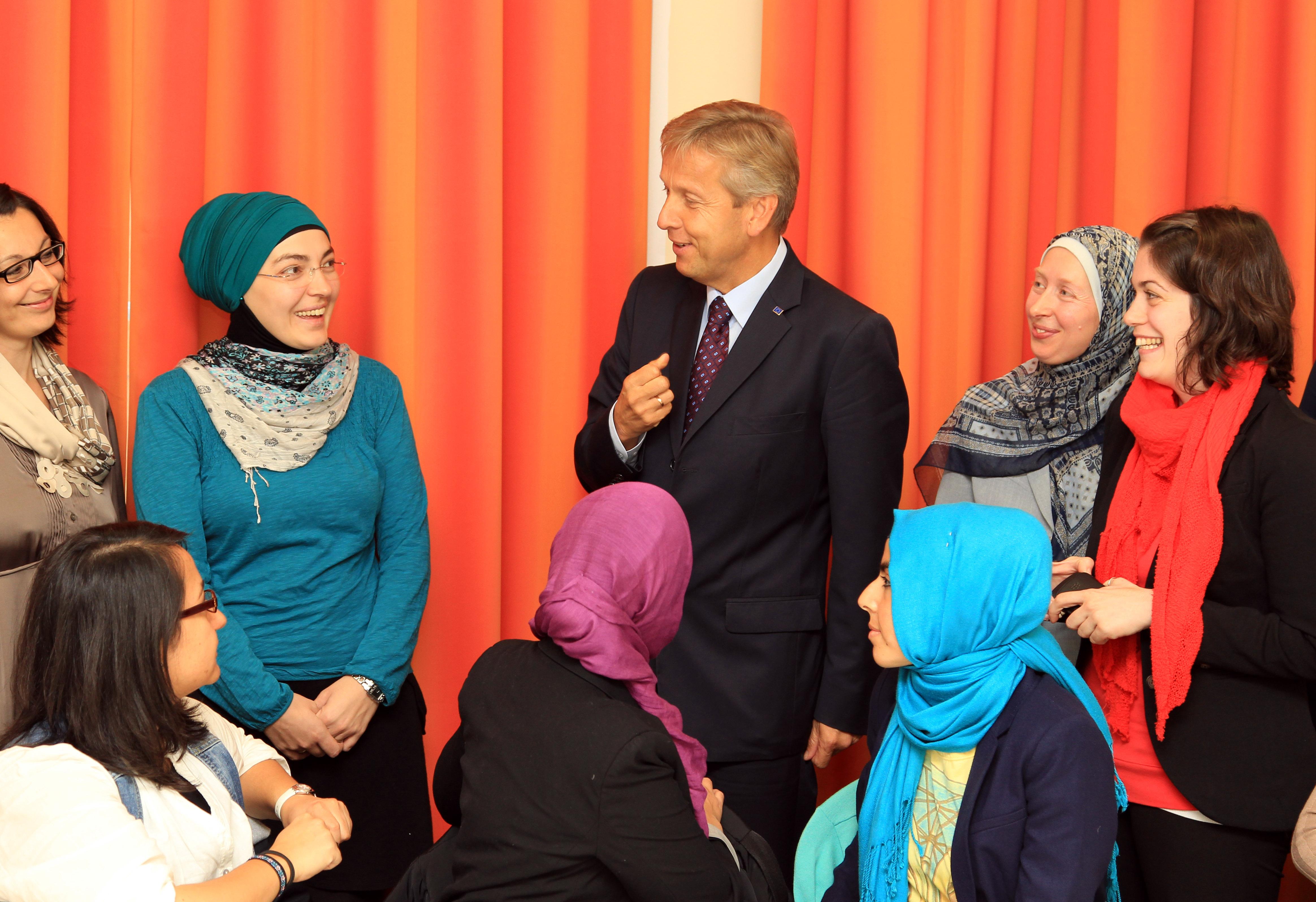 (c) BMEIA, STS Lopatka mit den Teilnehmerinnen der muslimischen Frauenbeauftragten Schulung