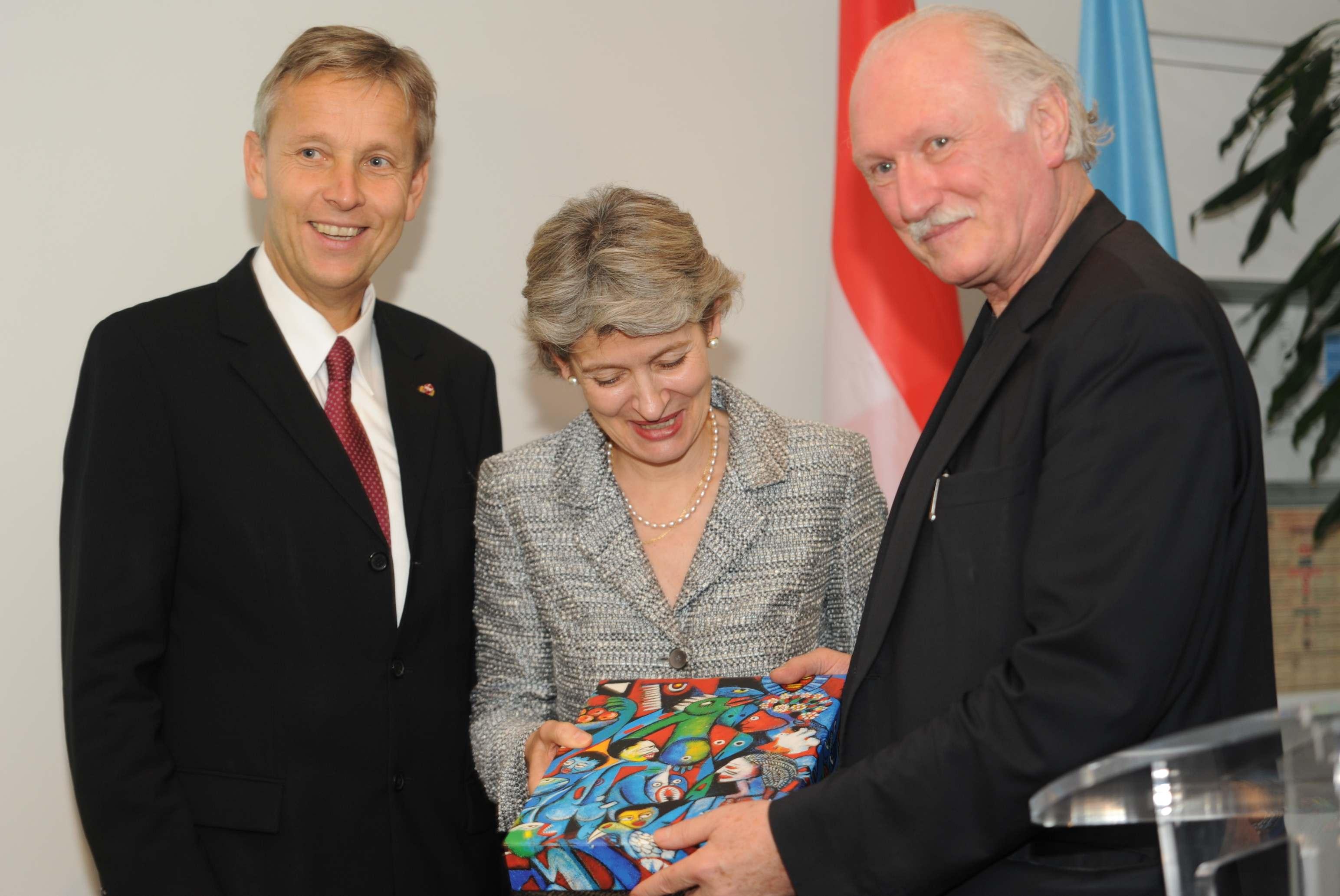 (c) BMEIA, STS Lopatka mit Irina Bokova (Generaldirektorin UNESCO) udn Lois Lammerhuber (Künstler, Fotograph)