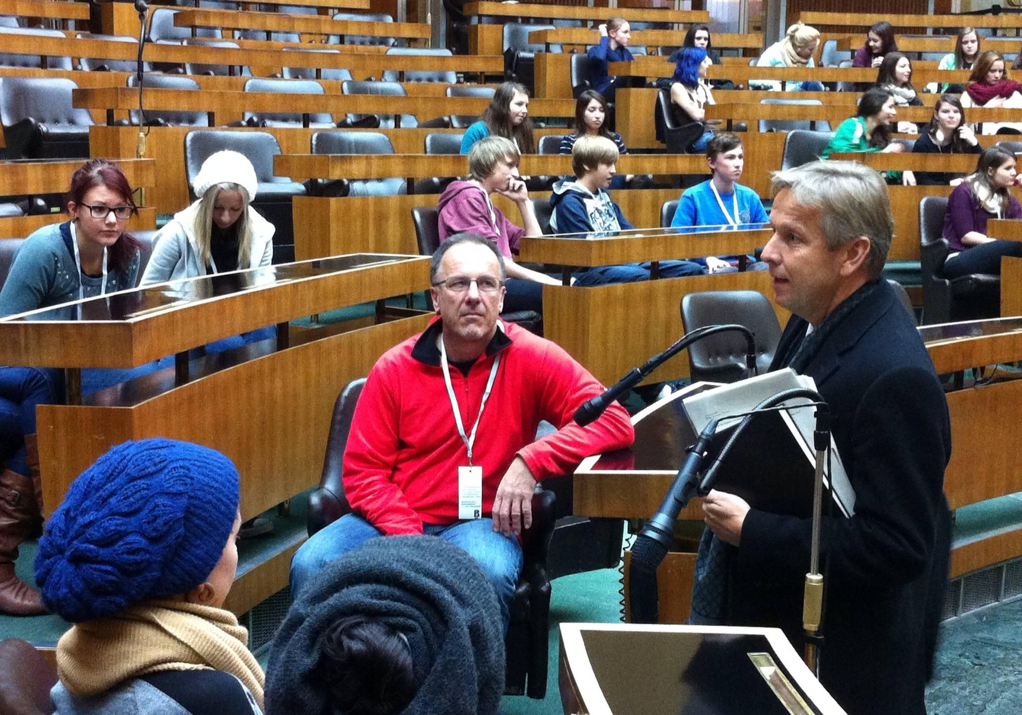 (c) BMEIA, STS Lopatka und Schüler des Gymnasiums Hartberg im Parlament