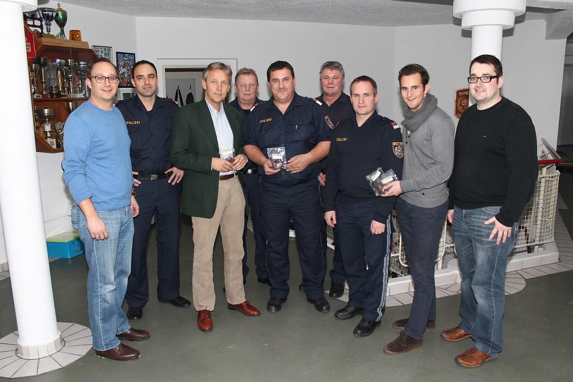 (c) BMEIA, StS Reinhold Lopatka, NAbg. Jochen Pack und JVP-Mitglieder dankten Mitarbeitern der API Hartberg