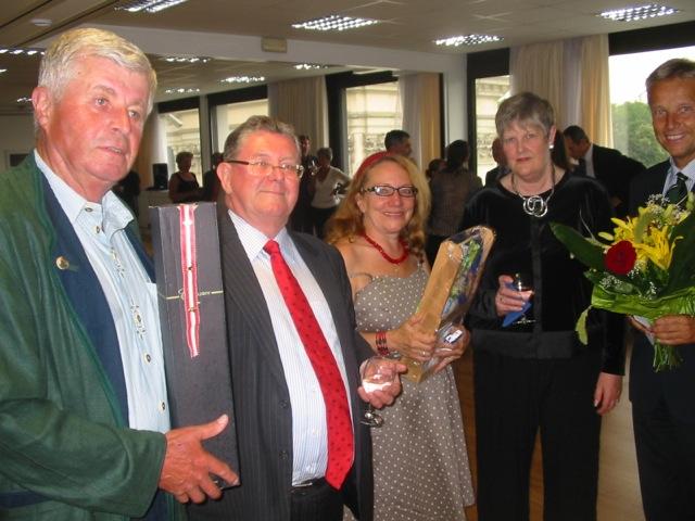 Vorstandsmitglieder der Österreichisch-Australischen Gesellschaft: Franz Kornhoffer, Edith Grafl und Reinhold Lopatka mit Botschafter Michael Potts und dessen Gattin Lyndia
