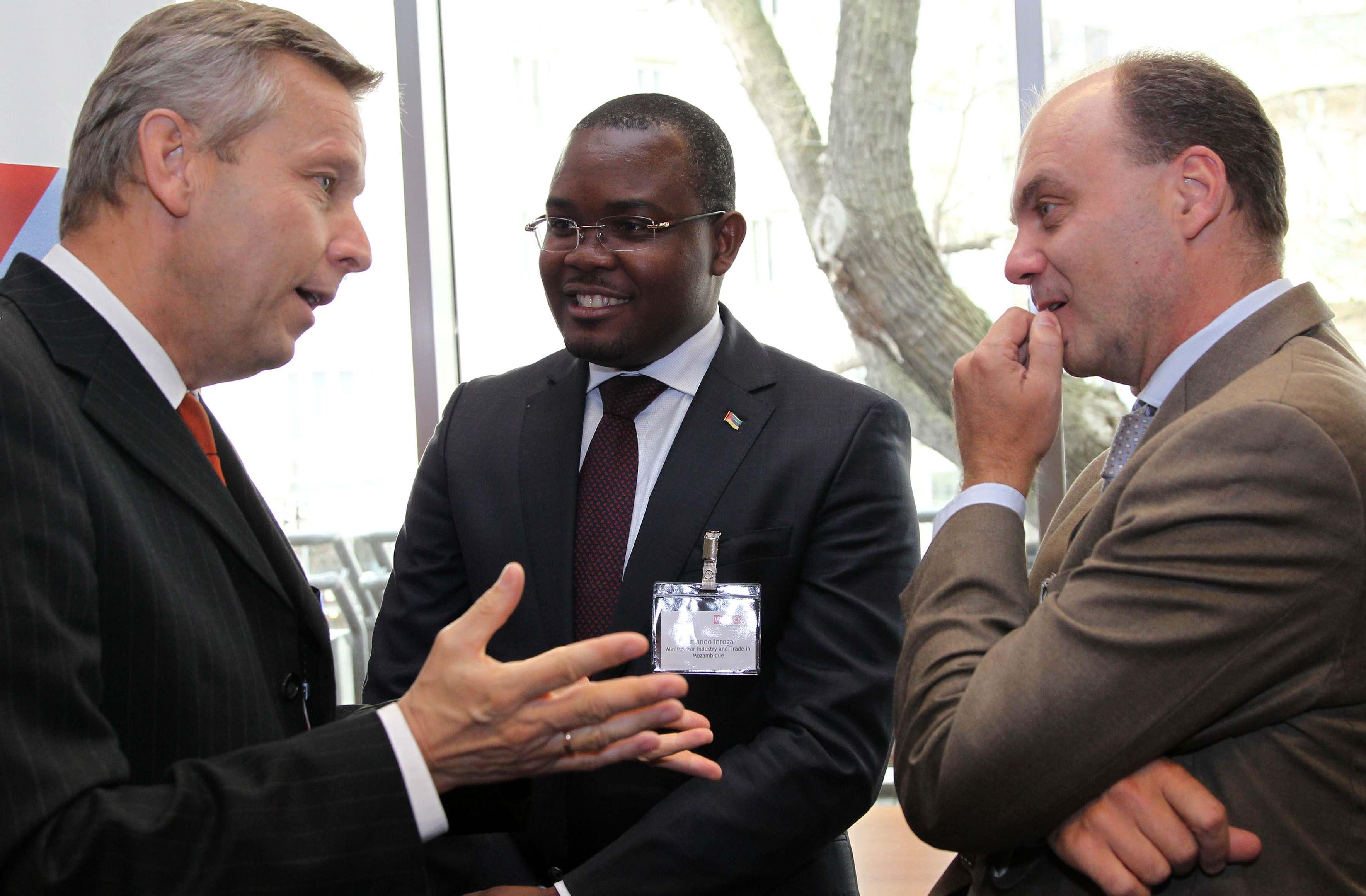 (c) BMEIA, Staatssekretär Lopatka im Gespräch mit dem mosambikanischen Industrie- und Handelsministers Armando Inroga  und dem Leiter der Aussenwirtschaftscenters in Johannesburg Johannes Brunner