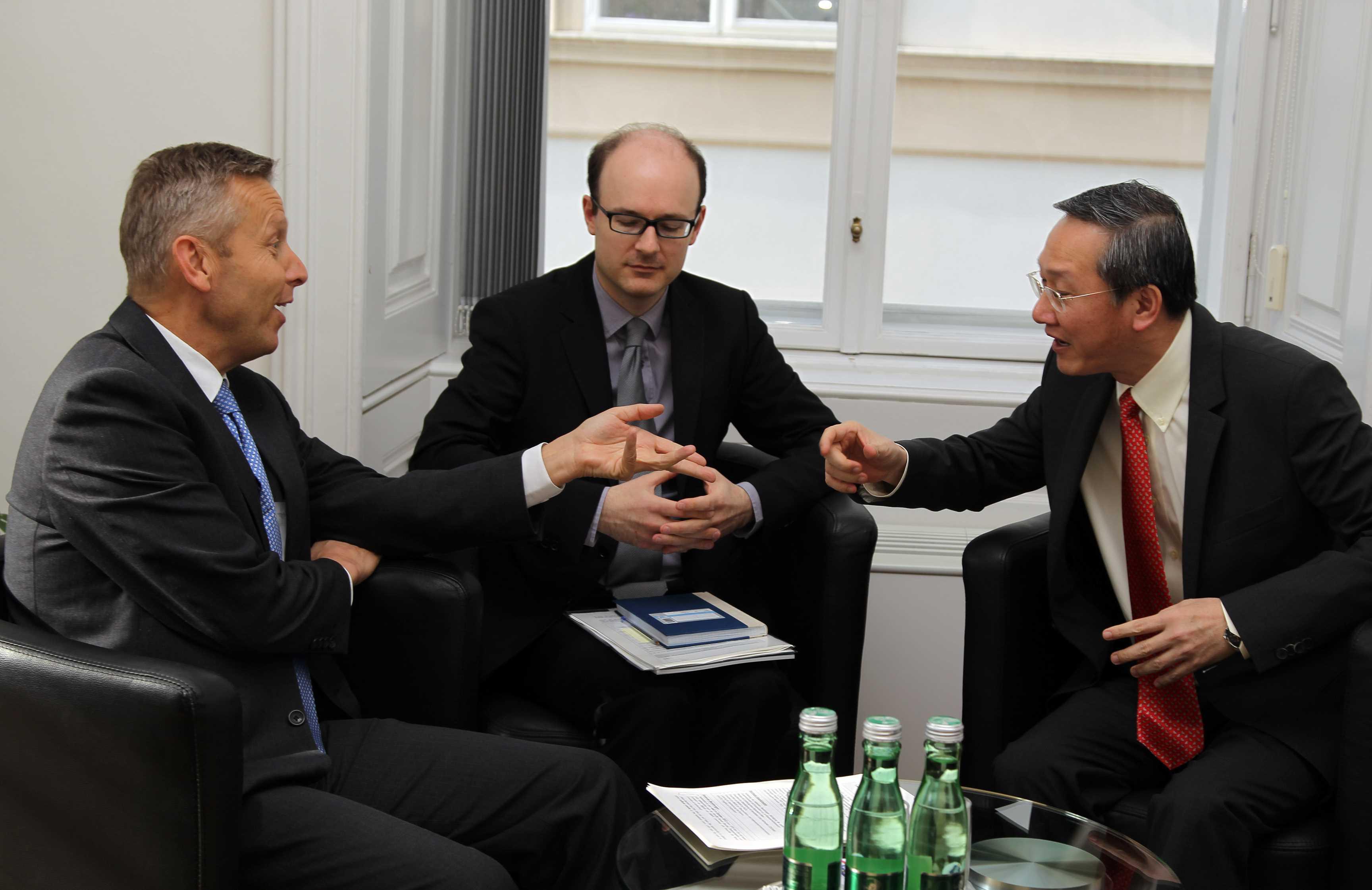 (c) STS Loptaka trifft Staatssekretär Sam Tan von Singapur für Arbeitsgespräche