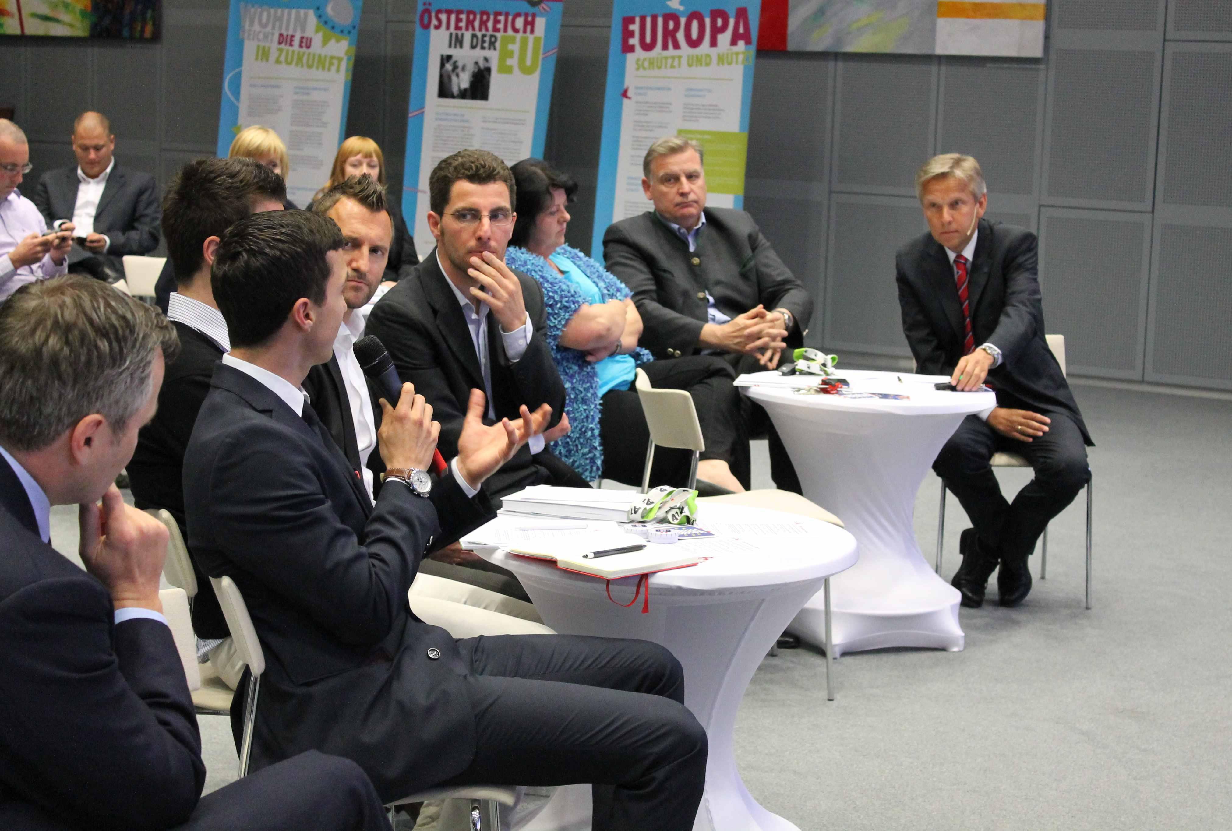 (C) BMEIA STS Lopatka diskutiert bei A1 Telekom in Wien mit Mitarbeiterinnen und Mitarbeitern