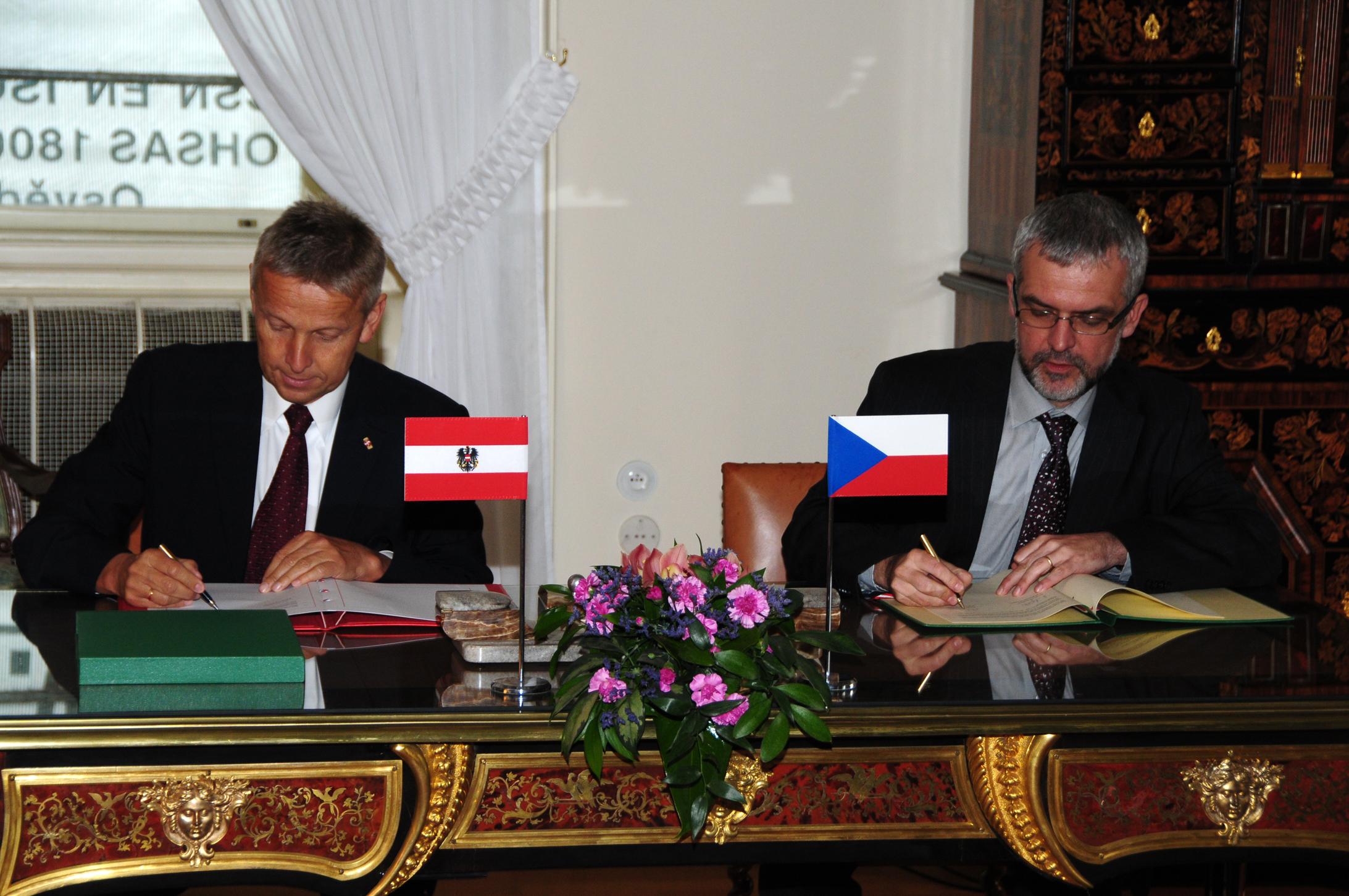 (c) BMeiA, Bei der Unterzeichnung des Abkommens mit Tschechiens StS Schneider