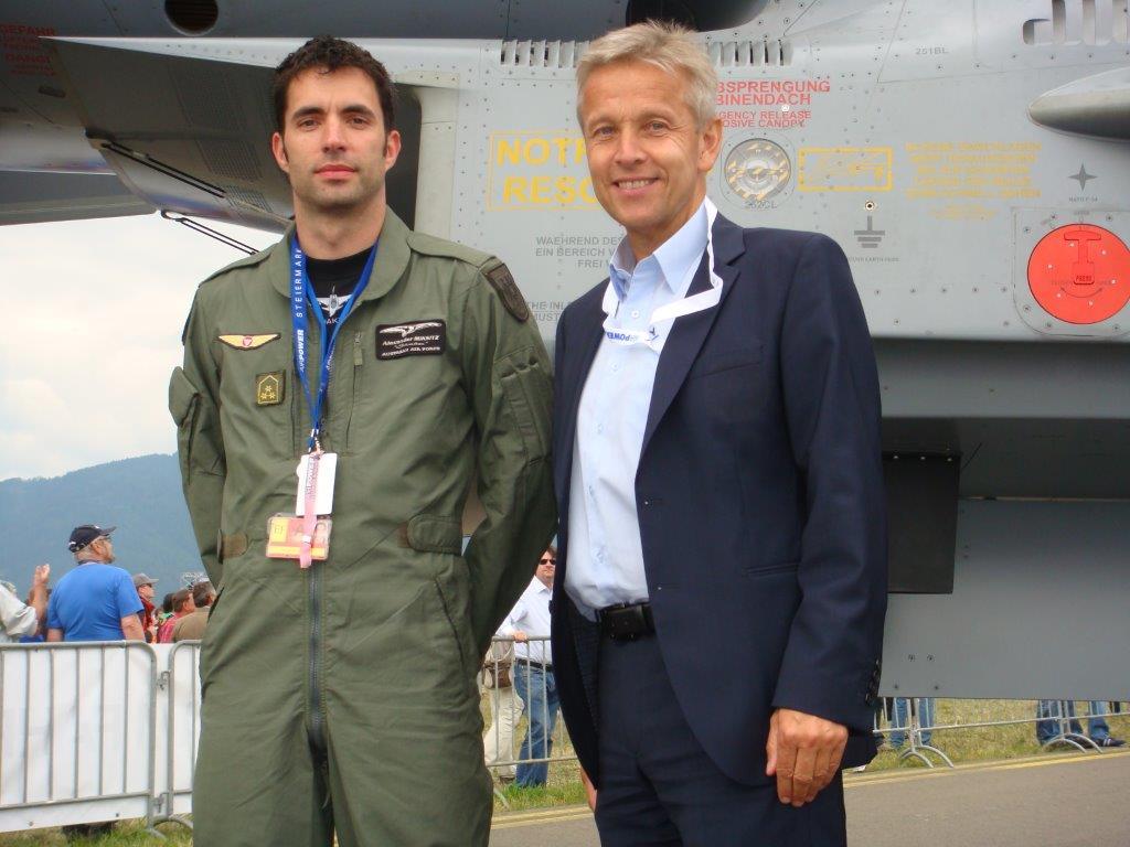 (c) BMeiA; StS Lopatka und ein Pilot des österreichischen Bundesheeres