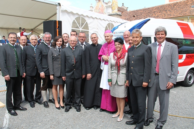 (c) BMeiA; Diözesanbischof Kapellari, Staatssekretär Lopatka, Bezirkshauptmann Wiesenhofer, LAbg. Schwammer und Bgm. Schirnhofer bei der Segnung der neuen Rettungsfahrzeuge
