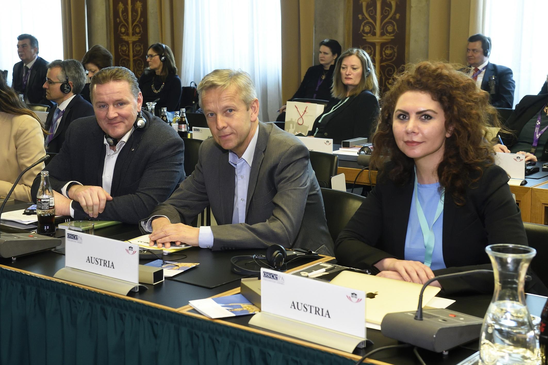 Österreichische Delegation von links: Nationalratsabgeordneter Roman Haider (F), Klubobmann Reinhold Lopatka (V), Nationalratsabgeordnete Aygül Berivan Aslan (G)