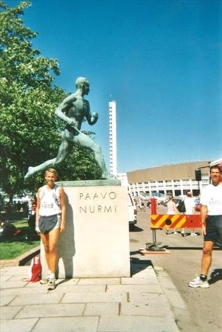 "Kurz vor dem Start vor dem Denkmal des ""Jahrhundertläufers"" Paavo Nurmi."
