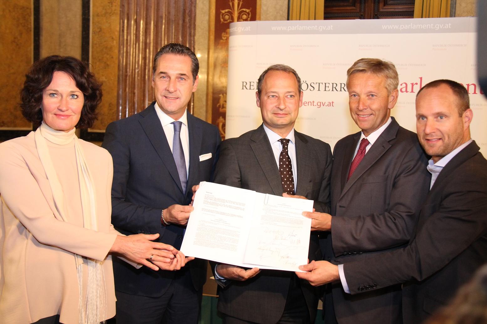 Fünf-Parteien-Einigung: Mit den Klubobleuten Eva Glawischnig (Grüne), Heinz-Christian Strache (FPÖ), Andreas Schieder (SPÖ) und Matthias Strolz (NEOS).  (c) Anne-Marie Kalin – SPÖ