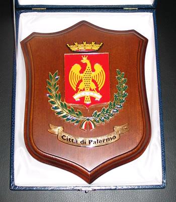 """Der Bürgermeister überreicht mir das """"Wappen der Stadt""""."""