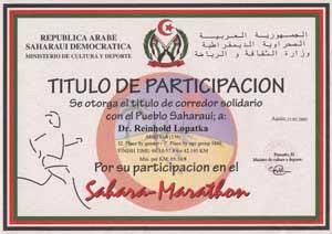 Der saharawische Präsident Mohamed Abdel Azziz überreicht mir persönlich meine Urkunde